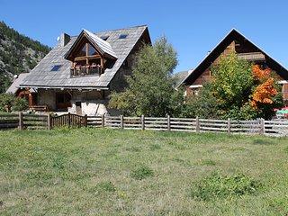 Chalet XVIIIè rénové, gîte 7/9 places 110m² avec jacuzzi, cheminée et sauna.