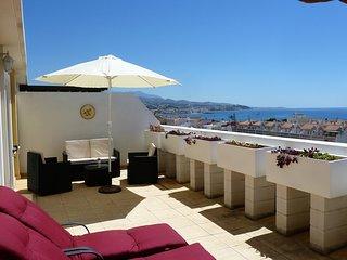Penthouse med havsutsikt, stor terrass och pool
