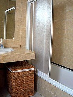 Badrum med badkar, bidé och toalett