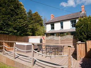 5 Star Hideaway with a Hot Tub, near the Seaside town of Aberystwyth - BOW19