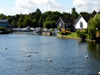 Wherry Cottage, Wroxham, on the banks of the River Bure with private mooring