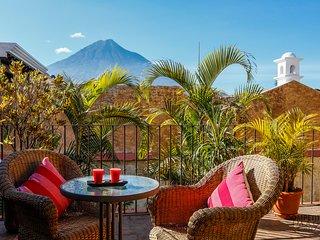 Casa La Hermita - Central & Tranquil Oasis w/ shared Pool & Hot Tub + FREE night