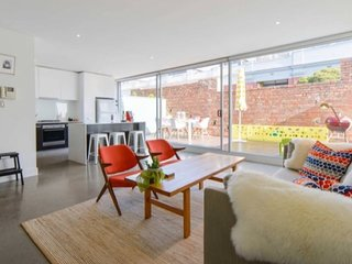 StayCentral Penthouse on Oxford - light-filled, 2 storey with 2 decks near CBD