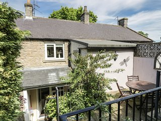 MIDDLE COTTAGE, WIFI, stone-built, centre of Middleham, Ref 960953