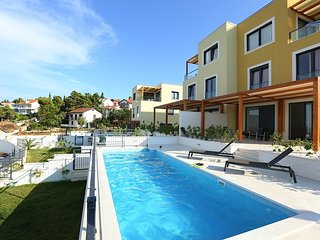 Beach apartment Slatine with pool