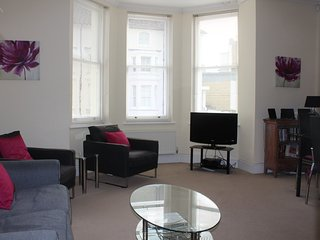Lovely light and spacious apartment located minutes from the seafront sleeps 4
