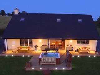 Sleeps 12 / hot tub / Cinema / Dog Friendjy