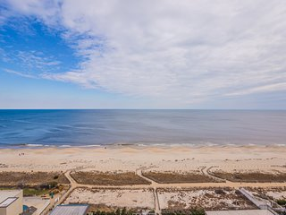 Spacious Oceanfront 1BR 1 Large Den Flexible checkin days 2 private balconies