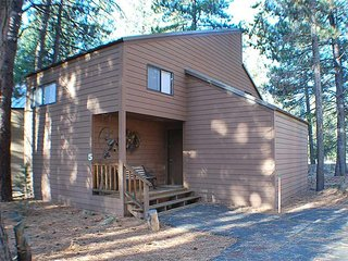 Cute cabin short walk to Village Mall and SHARC. Pet friendly. Free SHARC Passes