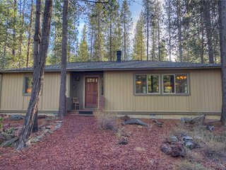 Cozy cabin a short distance from the Sunriver Village Mall and SHARC. Free SHARC