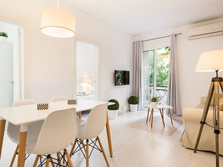 White Deco 3Br Apartment with Balcony