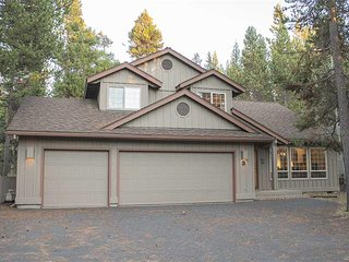 Pet friendly 5 bedroom home on Sunriver's quiet North end.  Free SHARC Passes