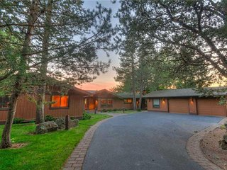 Spacious Custom Home with Fantastic River and Mountain Views! Free SHARC Passes