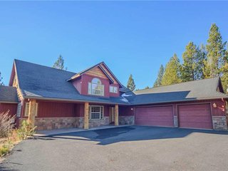 Lodge style home on Big Deschutes River, private hot tub and gorgeous views!