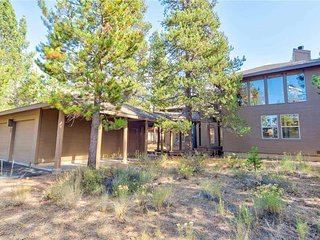 Large open lodge style Sunriver home. Free SHARC Passes.