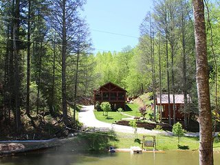 PEACEFUL FEELING-UPSCALE LOG HOME WITH HOT TUB, FIREPIT, OVERLOOKING POND!
