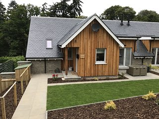 Saorsa, sleeps 6 and dog friendly. Enclosed garden and views of Loch Tay.
