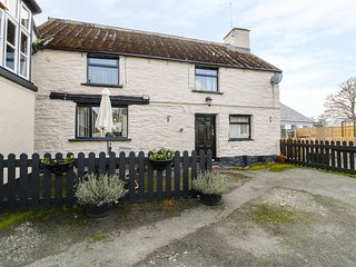 THE OLD BAKEHOUSE, charming, easy access to local amenities, in Llandrillo, Ref