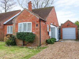 NUMBER ELEVEN, modern bungalow, Norfolk Coast AONB, WiFi, Ref 954806