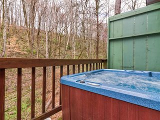 Cozy mountain cabin w/ private deck & hot tub - near Dollywood/Old Mill District