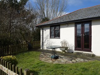 CAMPION COTTAGE family-friendly, shared use of swimming pool, children's play ar