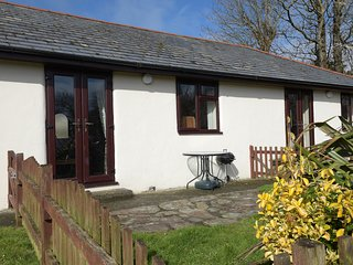 HONEYSUCKLE COTTAGE ground floor, use of swimming pool, close to coast in Bude R