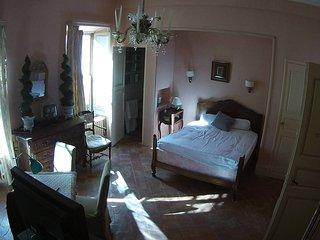 Grande et belle maison ancienne du sud de la France. Location de 1 à  5 chambres