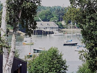 Delightful Boothbay Harbor Cottage with a View, Walk to Aquarium