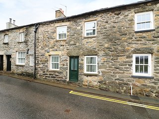 SHEEP FOLD COTTAGE,charming stone cottage,exposed beams,open fire,WIFI, in Sedbe
