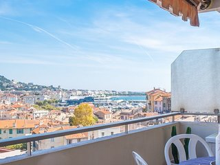 Beautiful studion apartment in top location with sea views and garage.