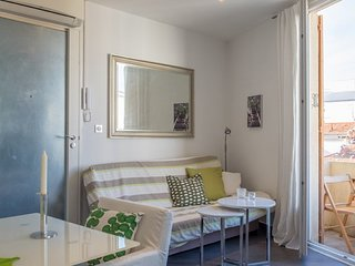 Contemporary and well equipped studio, situated in a classic French house.