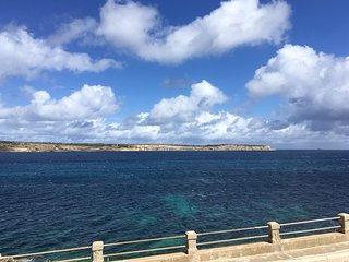 Arty Sea view Apartment next to Malta's longest beach