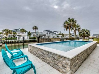 New Heated Saltwater Pool,Marsh Channel with Floating Dock 2 Min Walk to Beach