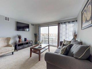 Family-friendly condo w/ shared pool & furnished balcony - blocks from the beach