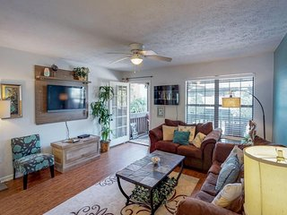 Bright & comfortable dog-friendly townhouse blocks from the beach!