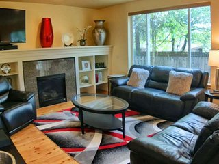 Modern Open Floor Plan Beaverton Portland Family Home w/ WIFI Near Intel, Nike