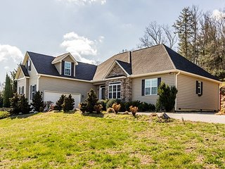 Secluded 4BR on 1 Acre w/ Hot Tub & Mountain Views - Near Downtown Asheville