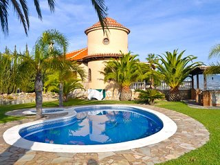 Villa with huge plot, pool, garden & great views