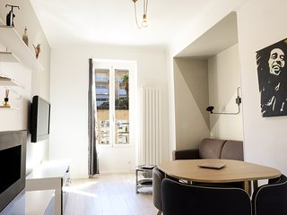 Modern newly refurbished apartment ideally placed on the port of Nice