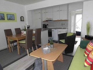 Blick vom Wohn-/Esszimmer m. Arbeitstresen, kompletter Küche Richtung Durchgang zur grossen Terrasse