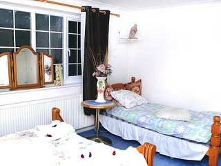 Davinci Guesthouse -Single En-suite Room (inc. Breakfast). FREE Parking up to 16