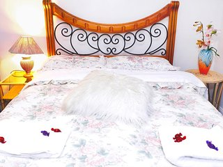 Davinci Guesthouse - Double Room (inc. Breakfast) FREE Parking for daily stays