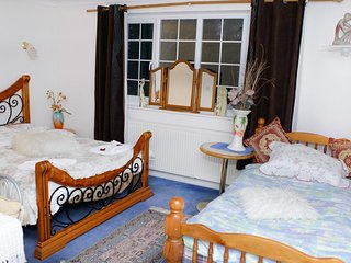 Da Vinci Guest House - Twin Room 2 beds (inc. Breakfast) Parking Up To 16 Days