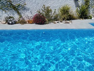 Stunning Modern Villa with Private Pool and Jacuzzi Air Con Wi-fi Sleeps 6