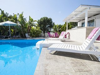 Pizzo Villa Sleeps 13 with Pool Air Con and WiFi - 5801707