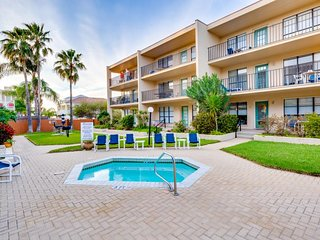 Classic condo with a balcony, shared pool & hot tub - steps from the beach!