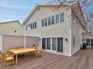 Family-friendly townhouse w/ a large deck - close to beaches & the state line