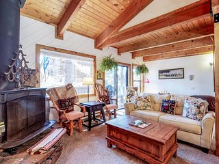 Ski-in/ski-out condo w/ shared hot tub - dogs are welcome, too!