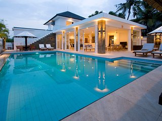 Villa Lovina-beach 2, luxury 5* villa, staff, beachfront, pool, free boattrip