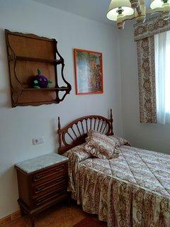Habitación una cama, con armario empotrado. Ubicada, como el resto, en la segunda planta.